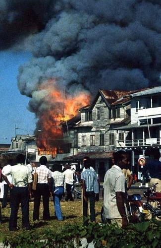 Suriname -Van wingewest tot natiestaat Pronk, Jan