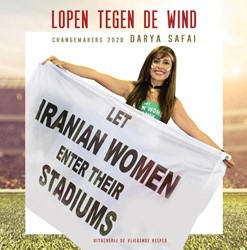 Lopen tegen de wind -laat Iraanse vrouwen in hun st adions Safai, Darya