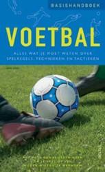 Basishandboek voetbal -wat je moet weten over spelreg els, technieken en tactieken